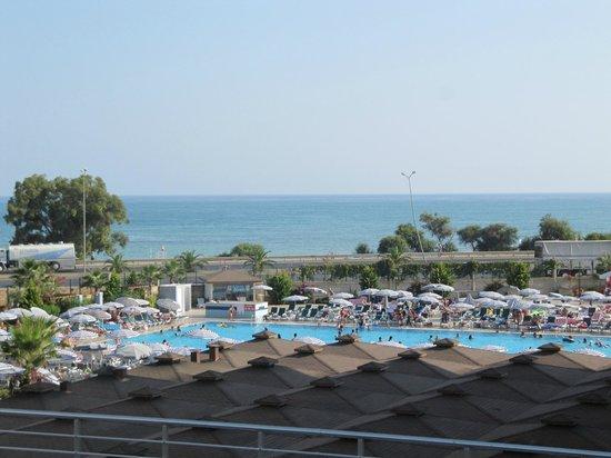 Eftalia Aqua Resort: la plage se trouve de l autre coté de la route et piscine petite pour grand hotel