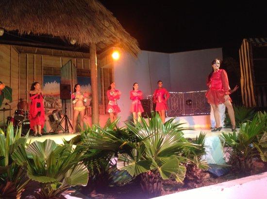 Islazul Villa La Mar: Beautiful Cuban dancers!