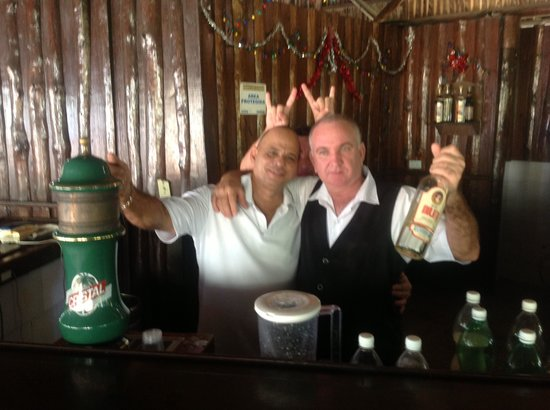Islazul Villa La Mar: Alfredo & Galego bartenders by the pool
