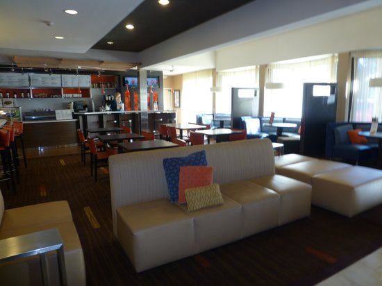 Courtyard by Marriott Kansas City South: Dining area in lobby