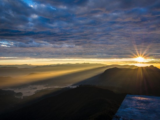 Nallathanniya, Srí Lanka: The sunrise glory from the top