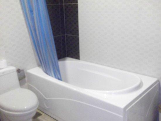 Hoang Hai (Golden Sea) Hotel: Bathroom