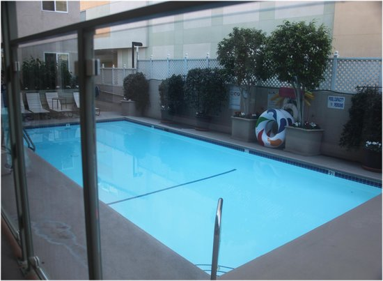 Hollywood Orchid Suites: View of the pool with the back wall of Dolby Theatre behind