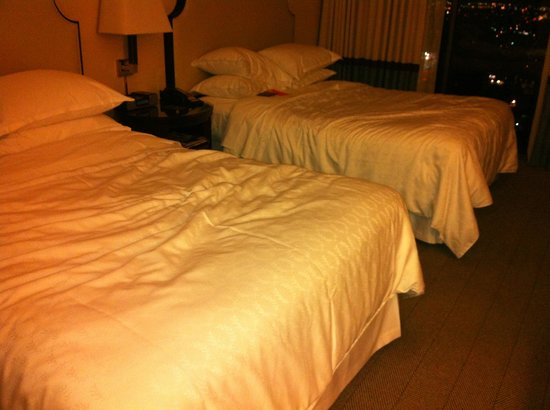 Sheraton Universal Hotel: Beds -- this is what they looked like when I entered the room