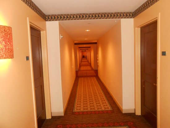 Loews Royal Pacific Resort at Universal Orlando: long hallways