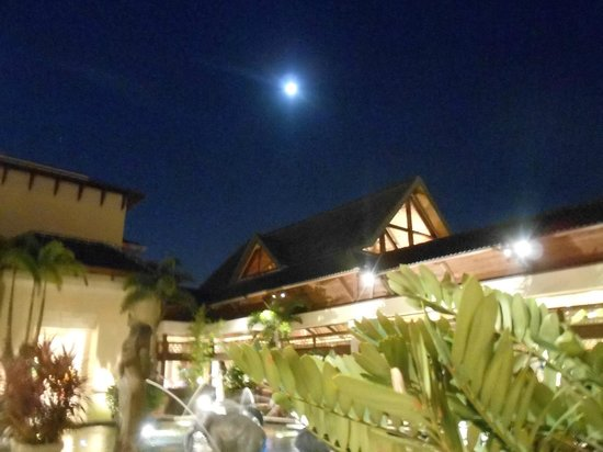 Loews Royal Pacific Resort at Universal Orlando : hotel lobby at night