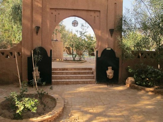 Auberge  Derkaoua: archway in the yard by the entrance.  We had a delightful lunch outdoors