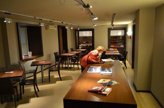 BEST WESTERN Hotel Metropoli: Books in Dining Room between meal times