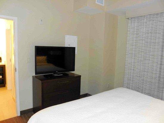 Residence Inn Ottawa Airport: King Bedroom TV