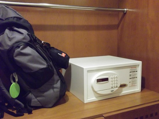 Tan Hoang Long Hotel: Electronic safe in my room