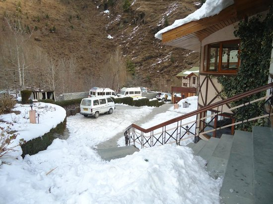 Solang Valley Resort: Snow outside our room!