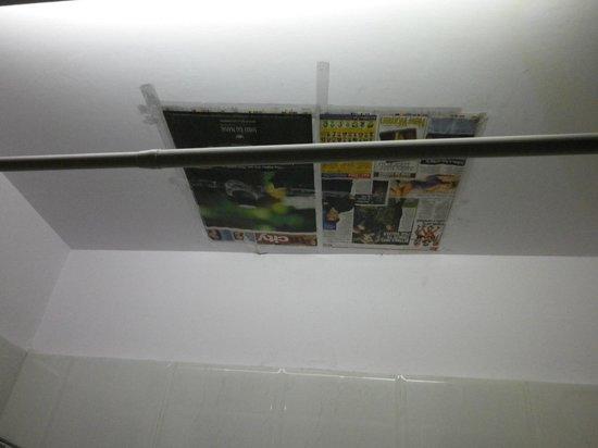 Hotel Grand Central: バスルームの天井。なぜか新聞紙が。