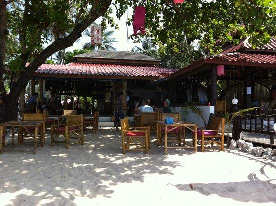 Klong Khong Beach Resort: View of restaurant from the beach