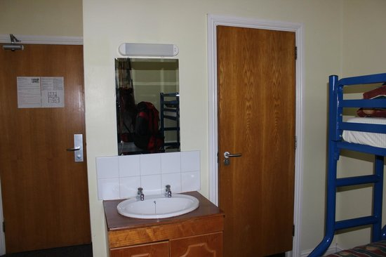 Cork International Hostel: Behind the right door is the bathroom