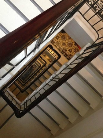 The Alcove Library Hotel: Beautiful tiles and stairs, but they have an elevator too