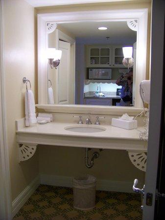 Disney's Beach Club Villas: Sink by bathroom