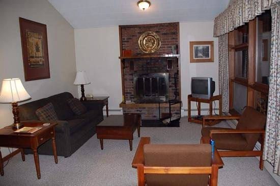 Thomsonite Beach Inn & Suites: unit 7 living room