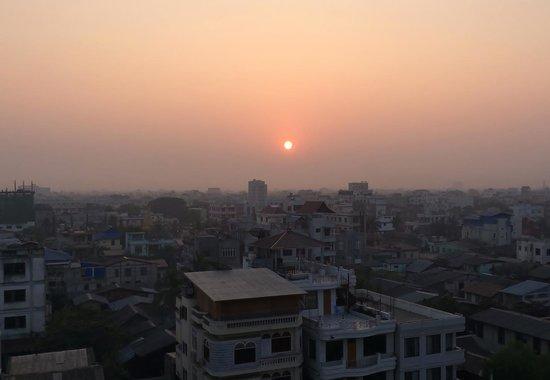 Hotel Yadanarbon: Sunrise seen at the restaurant