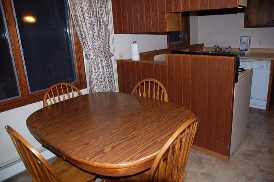 Thomsonite Beach Inn & Suites: unit 7 kitchen