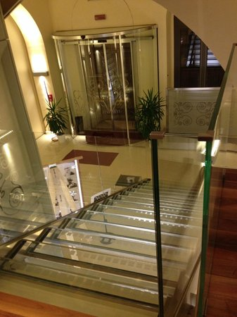 Hotel Duchi Vis a Vis: Floating glass stair entry
