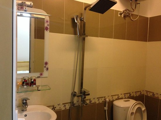 Pham Le Hotel: Spacious bathroom
