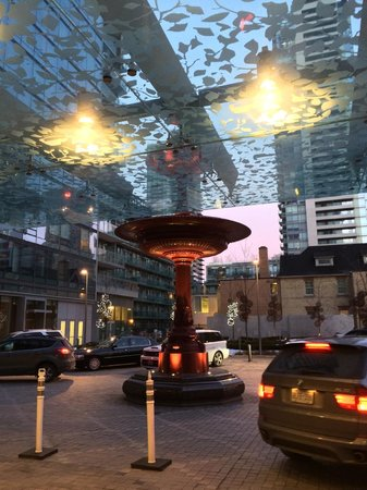 Four Seasons Hotel Toronto: Main entrance and the red fountain