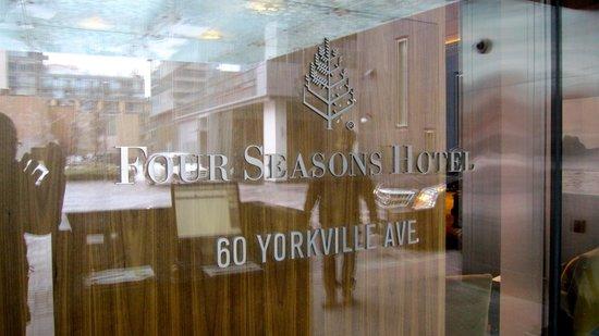 Four Seasons Hotel Toronto : Hotel exterior