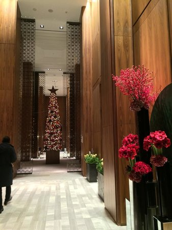 Four Seasons Hotel Toronto: Lobby & Floral display
