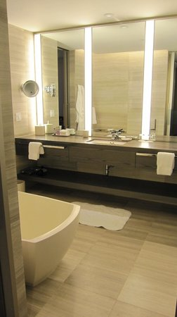 Four Seasons Hotel Toronto : Bathroom
