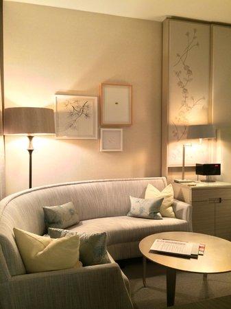 Four Seasons Hotel Toronto : Circular corner sofa and artwork