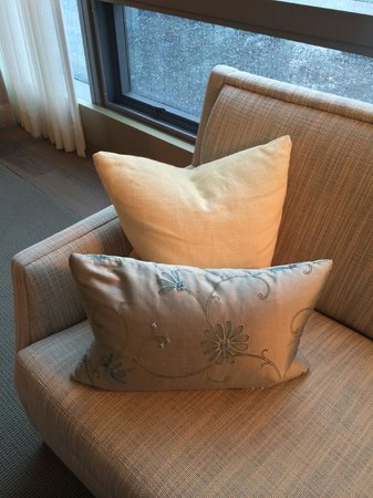 Four Seasons Hotel Toronto: Sofa close-up