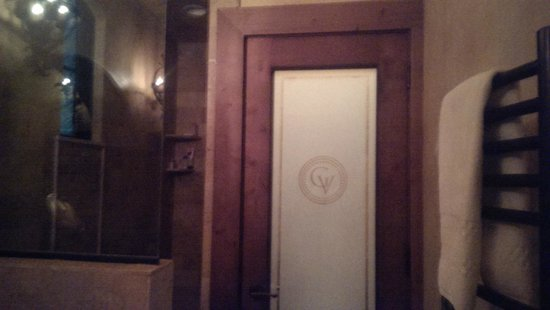 The Villas at Gervasi Vineyard : Shower and commode behind frosted door