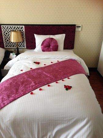 Golden Sun Suites Hotel : Pretty bed decorated upon our arrival