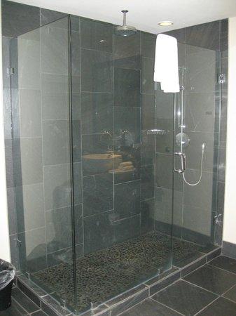 Black Rock Oceanfront Resort: Shower - Room 317