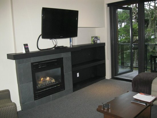 Black Rock Oceanfront Resort: Living Room - Room 317