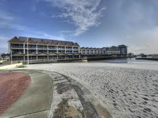 Dolphin Quay Apartment Hotel: отель