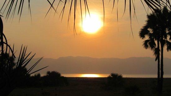 Bush 2 Beach Safaris: Sunset over Lake Manyara