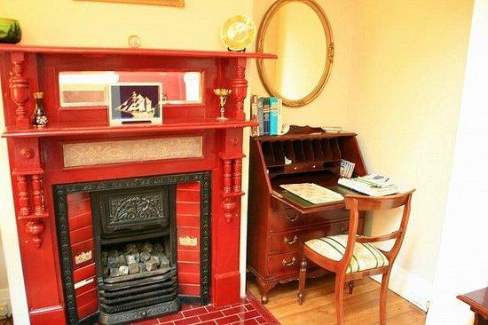 Megalong Manor: 暖炉と事務机