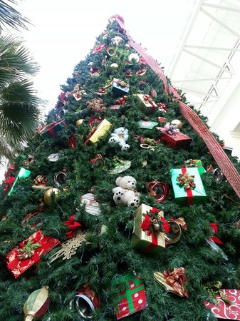Opryland Hotel Gardens: The gardens are decorated in festive delight for the holidays.