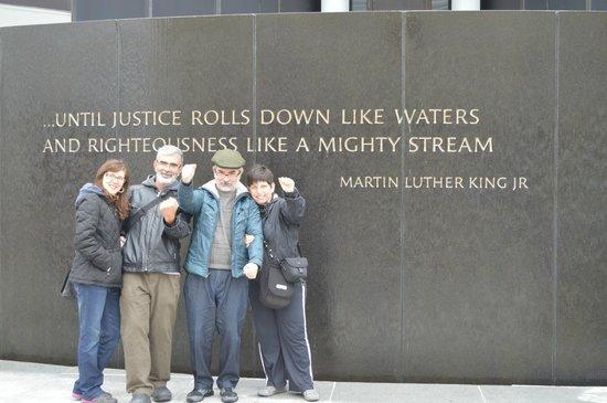 Civil Rights Memorial: Família em frente ao prédio do Centro dos Direitos Civis