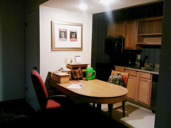 Hawthorn Suites by Wyndham San Antonio Northwest Medical Center: Kitchen/Dining Area & Entry area