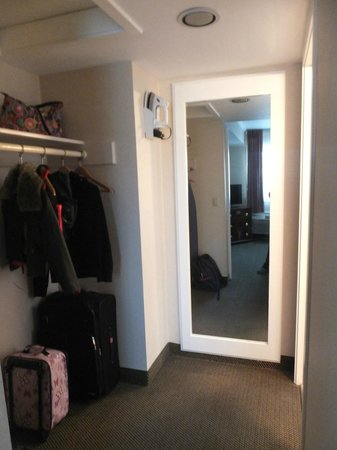 Days Inn Monterey Downtown: Closet area and Bathroom entrance in King Suite