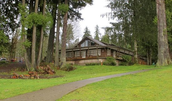 Lake Quinault Lodge: View of Boathouse building, Beverly Suite is top floor, windows are of the bedroom.