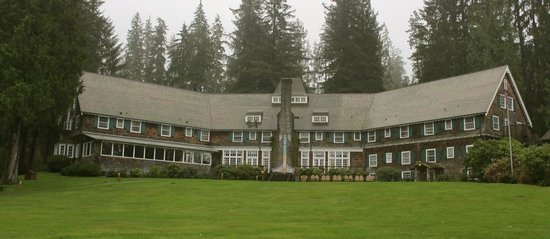 Lake Quinault Lodge: The Lodge from the lawn