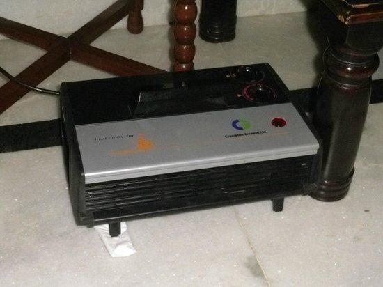 Mandawa Haveli Jaipur: 電気ヒーター。部屋全体を温める力はないが、それでもありがたかった。
