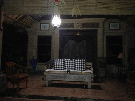 Puri Taman Sari: Wohnzimmer im Freien abends