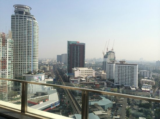 Jasmine Resort Hotel : バンコクの街が部屋に付いたプールから見える。