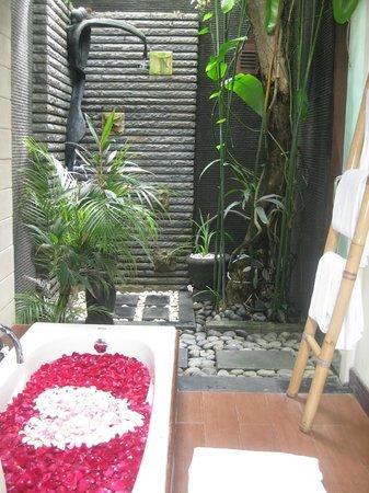 The Bali Dream Suite Villa : Our indoor/outdoor bathroom