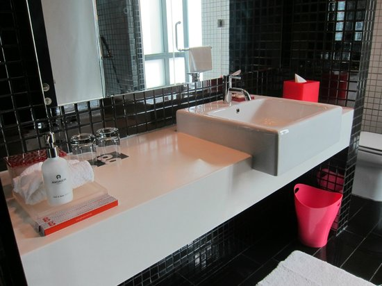 G Hotel Gurney : Bathroom sink