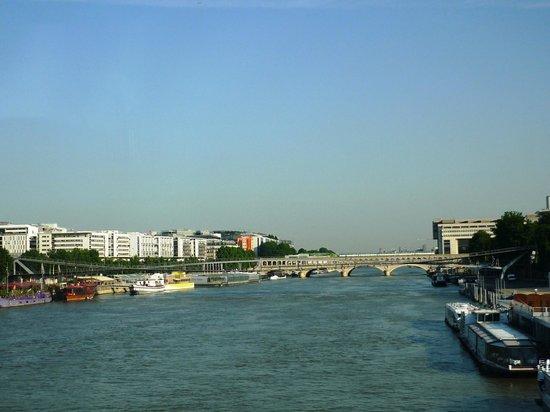 Ibis Styles Paris Bercy: Пешеходный мост